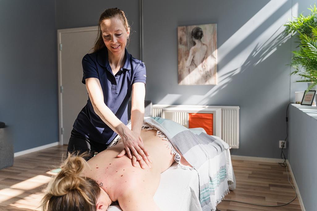 Anne Sæther masserer
